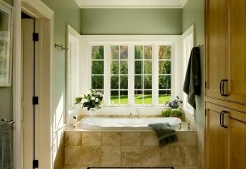 Мягкие тона жёлто-зелёной гаммы в интерьере ванной