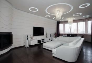 Интерьер с белым потолком и темным полом