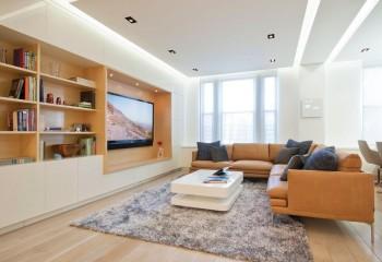 Точечные светильники вмонтированы в натяжную плёнку, и являются вспомогательным освещением