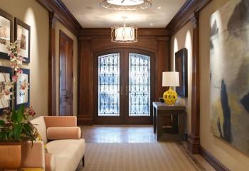 Две люстры освещают холл частного дома