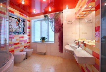 Буйство красок в ванной комнате с красным лаковым потолком