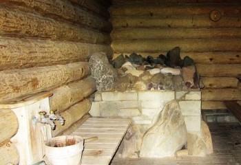 Потолок в русской бане, устроенный настилом досок на стены сруба