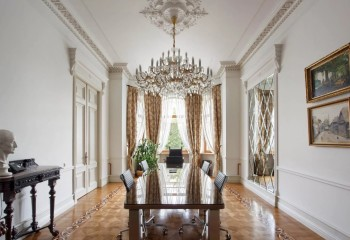 Наряду с розетками для декора помещений используют и другие виды лепнины – в данном интерьере это потолочные и наддверные карнизы