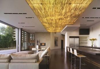 Декоративное оформление потолка в просторном помещении