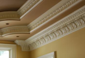 Каждый уровень потолка обрамлен багетами