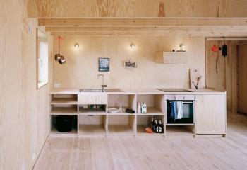 Уютный дачный дом с фанерным интерьером