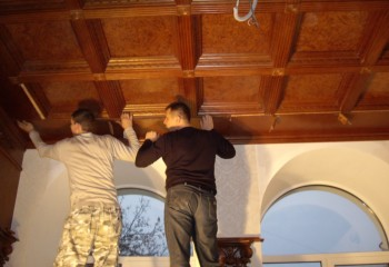 Процесс установки кессонного потолка