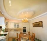 Двухуровневый потолок на кухне – разные материалы, но результат один