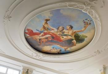 Мифические сюжеты гармонично смотрятся в обрамлении из лепнины из полиуретана на подвесном потолке