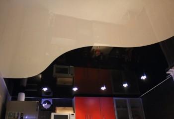 Контрастное зонирование кухни по потолку