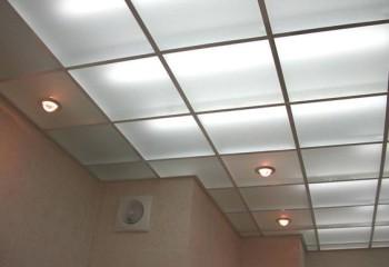 Устройство освещения под подвесной конструкцией