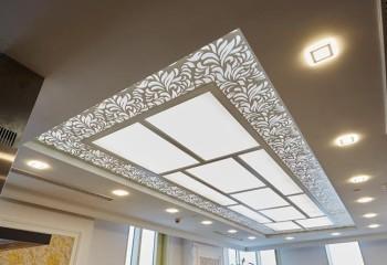 Строгий потолок с фрезерованными деталями из МДФ