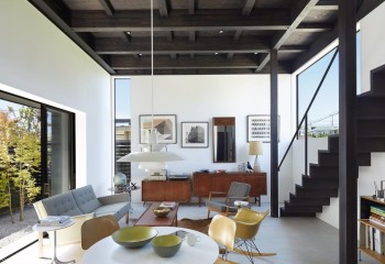 Балки в конструкции делают главнй акцен в просторном помещении квартиры-студии
