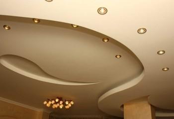Сложная фигура и точечное освещение потолка