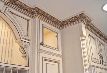 Карнизы с лепниной могут украшать не только потолок, но и встроенную мебель