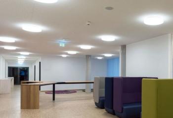 Накладной способ установки позволяет разместить под плафоном несколько источников света