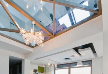 Обрамление зеркал на потолке повторяет цвет и профиль оконных рам