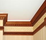 Стык стены и потолка: клеим плинтус и лепной карниз