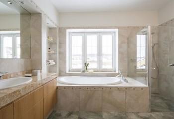 Ванная в бежевом интерьере с белым потолком