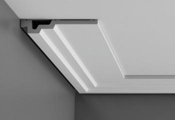 С помощью такого плинтуса на потолке получится красиво окантованная ниша