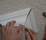 Как резать углы потолочного плинтуса и стыковать их в непрямых сопряжениях стен