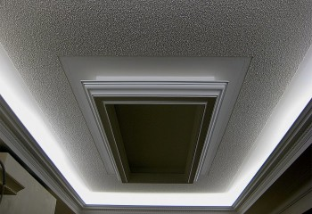 Камешковая штукатурка на подвесном потолке