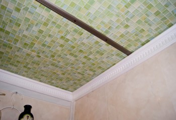 Потолок, подшитый широкими пластиковыми панелями