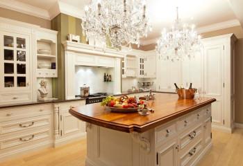 Обилие хрусталя одинаково хорошо смотрится в больших залах и светлых комнатах с потолками достаточной высоты