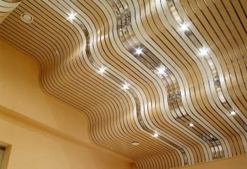 Объемный потолок из реек