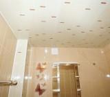 Потолок из панелей ПВХ в ванной: преимущества, устройство, технология монтажа