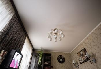 Внешне потолок не отличается от качественно ошпаклеванной и покрашенной поверхности