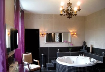 Арт-деко в дизайне ванной комнаты: люстра в виде канделябра