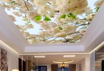 Светлый потолок в гостиной