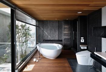 Вариант дизайна ванной комнаты с деревянным реечным потолком