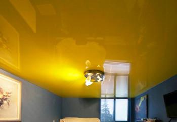 Яркий потолок в спальне не всегда будет к месту