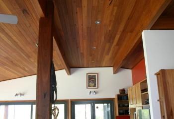 На потолке планкен – термообработанная доска