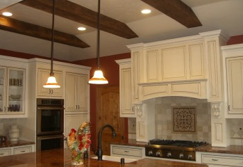 Гармоничное сочетание: деревянные массивные балки, плюс светильники для высоких потолков