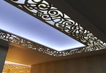 Потолок из фрезерованных панелей с подсветкой