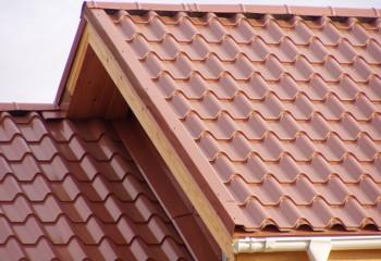 Крыша, покрытая металлочерепицей