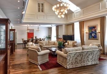 Форма и размер люстры также зависят от высоты потолка
