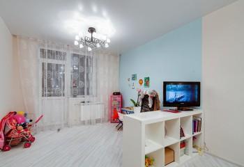 Матовый белый потолок в светлой комнате