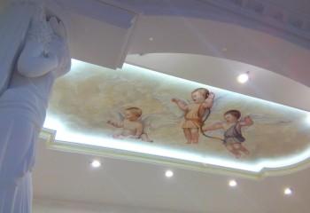 Классический сюжет с купидонами гармонично смотрится в оформлении современного подвесного потолка со встроенной подсветкой