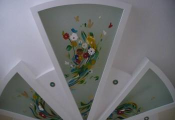 Яркое оформление красками по стеклу в подвесном потолке из ГКЛВ