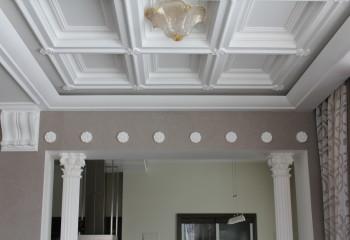 Потолок с полиуретановой лепниной