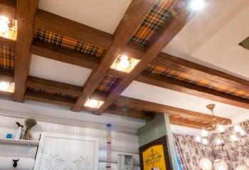 Вариант оформления потолка в кантри стиле