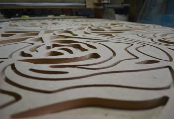 Плита с узорами после фрезеровки на деревообрабатывающем станке