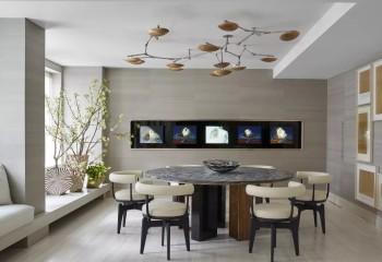 Светло-бежевая окраска двухуровневого потолка, является ненавязчивым фоном для акцента в виде оригинального светильника