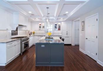 Светлый кессонный потолок в кухне с низкими потолками смотрится гармонично