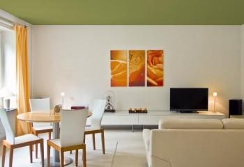 Контрастный по отношению к стенам потолок, без видимой окантовки