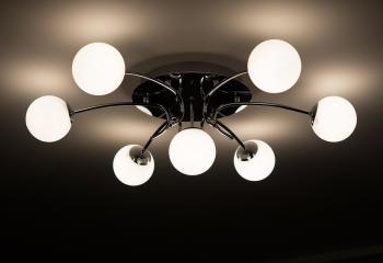 Потолочный светильник с матовыми стеклянными плафонами